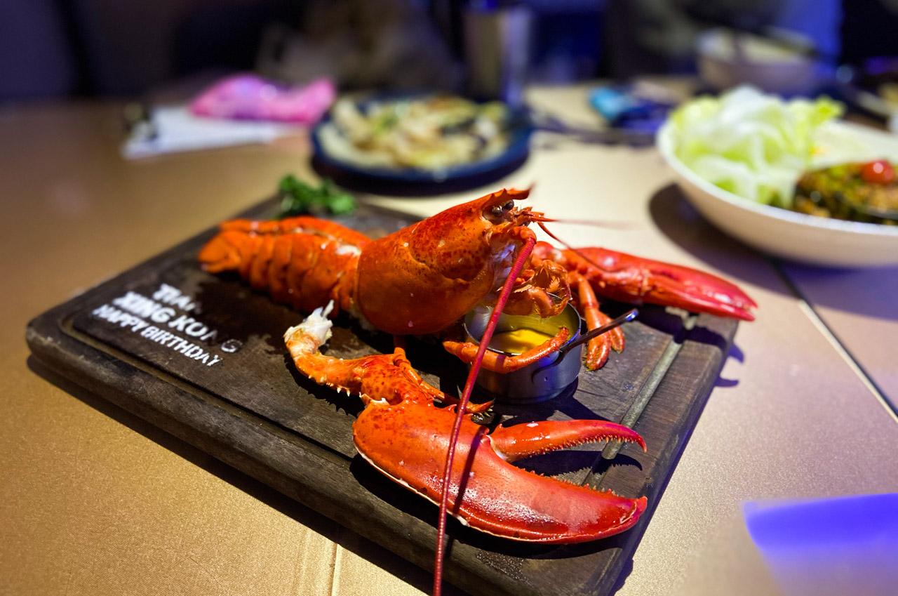 【台南美食】超豪氣!天馬星空餐酒館,當日壽星送你一整隻波士頓龍蝦 / 泰式創意料理 / 夜晚變身氣氛酒吧
