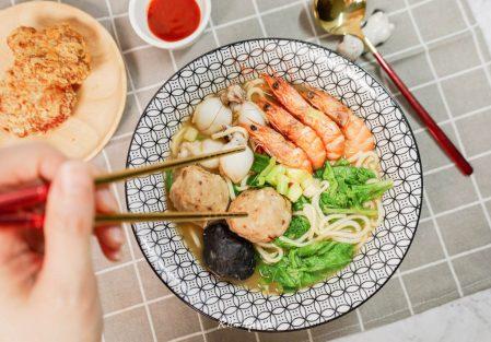 【懶人料理】快速煮出一碗超澎湃海鮮麵,搭配創鮮家麻辣花枝丸、墨魚丸/花枝蝦漿,享受美味的一餐