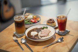 【休習日Z Day Cafe】生活就要不慌不忙,給自己一個休習時間吧!品味人氣「蜂狂肉桂捲、烤布丁」/冰釀咖啡/舒肥豬咖哩飯