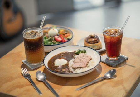 【休習日 Z Day Cafe】生活就要不慌不忙,給自己一個休習時間吧!品味人氣「蜂狂肉桂捲、烤布丁」/冰釀咖啡/舒肥豬咖哩飯