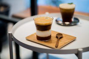 【Coffee Underwater】沉入水下喝咖啡!陶醉在調製飲品的味覺饗宴/自家烘豆/乳酪蛋糕/藍色系咖啡廳